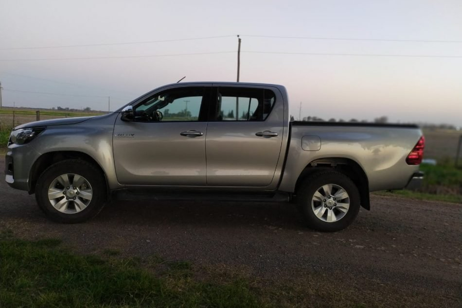 836498438-  Toyota Hilux completo